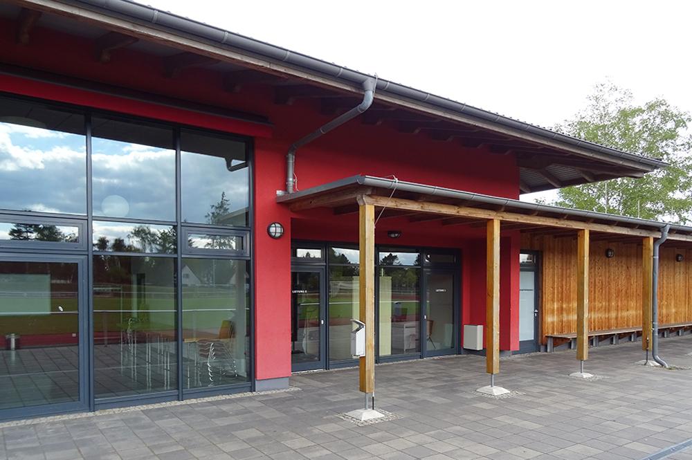 Multifunktionsgebaeude-und-Sportplatz